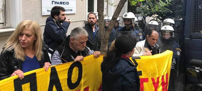 Κολωνάκι, διαμαρτυρία για πλειστηριασμούς -Εκεί & ο καθηγητής του Τσίπρα [εικόνες & βίντεο]