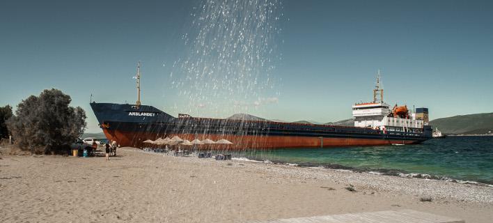 Δίπλα στις ξαπλώστρες βγήκε το τουρκικό πλοίο / Φωτογραφίας: Intimenews/ΑΝΤΩΝΟΠΟΥΛΟΥ ΕΦΗ