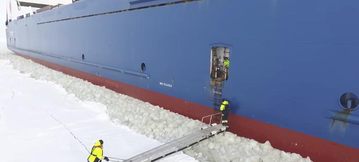 Τρομακτική επιβίβαση για... στεριανούς -Ανεβαίνει σε πλοίο που πλέει πάνω σε πάγο [βίντεο]