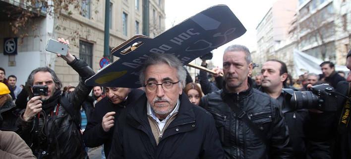 Η στιγμή της επίθεσης στον Γιάννη Παναγόπουλο στο συλλαλητήριο των επιστημόνων [εικόνες]