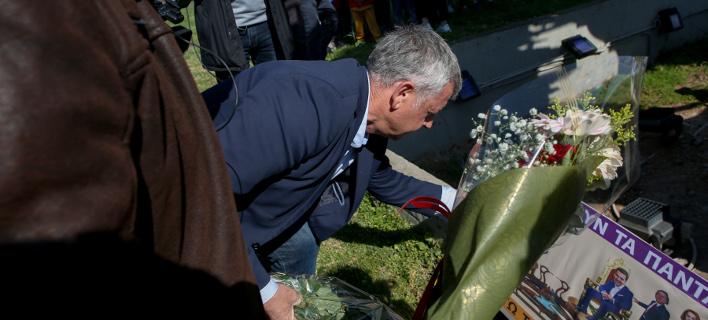 Μέλη της ΠΟΕΔΗΝ καταθέτουν λουλούδια στο άγαλμα του Δρομέα- φωτογραφία intimenews