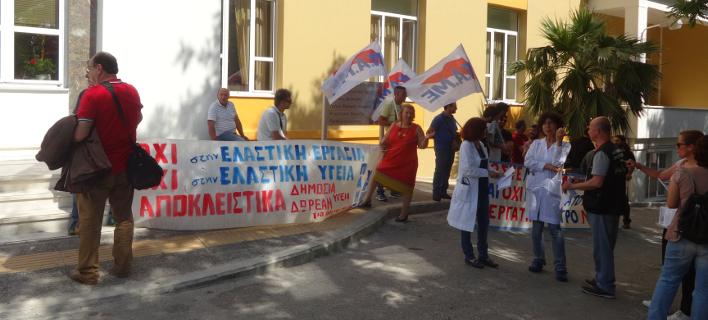 «Θερμή» υποδοχή Πολάκη στο νοσοκομείο Μυτιλήνης (Φωτογραφία: lesvospost)