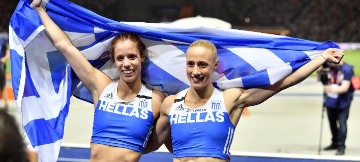Στεφανίδη (αριστερά) και Κυριακοπούλου πανηγυρίζουν μετά τον διπλό θρίαμβο (AP/ Martin Meissner)