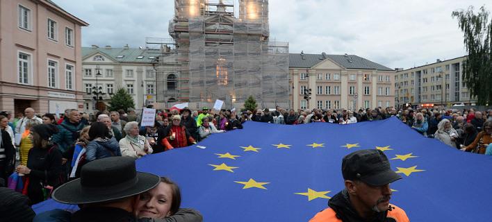 Πολωνοί διαδηλώνουν στη Βαρσοβία κατά της αμφιλεγόμενης μεταρρύθμισης στη Δικαιοσύνη (Φωτογραφία: ΑΡ)