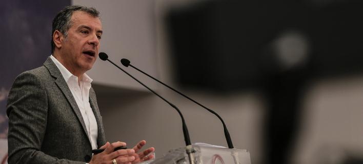 Ο Θεοδωράκης προτείνει στον Τσίπρα να πάει σε σύσκεψη πολιτικών αρχηγών