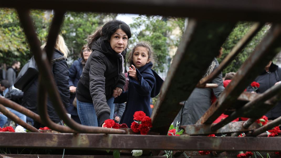 Γιατί αν γλιτώσει το παιδί, υπάρχει ελπίδα -Πολυτεχνείο, 45 χρόνια μετά -Φωτογραφία: Intimenews/ΛΙΑΚΟΣ ΓΙΑΝΝΗΣ