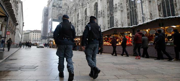 Αστυνομικοί περιπολούν στη χριστουγεννιάτικη αγορά του Μιλάνου μετά την επίθεση στο Βερολίνο. Φωτογραφία: AP Photo/Luca Bruno
