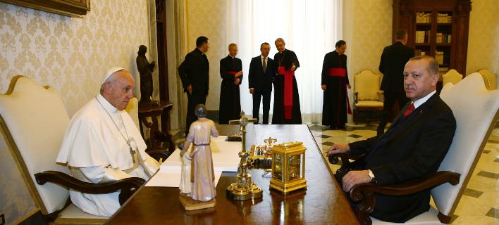 Βαρύ το κλίμα στη συνάντηση Πάπα-Ερντογάν, αν κρίνει κανείς από τις εκφράσεις τους (Φωτογραφία: ΑΡ)