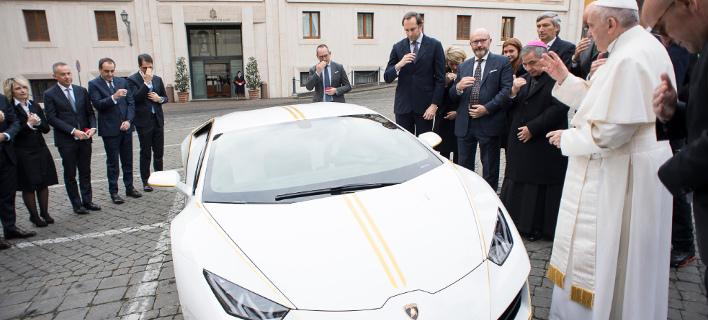 Ο Πάπας ευλόγησε τη Lamborghini που του χάρισαν (Φωτογραφία: AP)