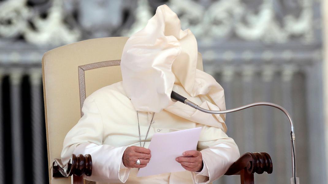 Μια ριπή ανέμου, προσέφερε αυτό το αστείο ενσταντανέ του Πάπα Φραγκίσκου -Φωτογραφία: AP Photo/Alessandra Tarantino