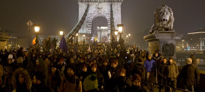 Διαδηλωτές, στους δρόμους της Βουδαπέστης, το βράδυ της Παρασκευής / AP Images