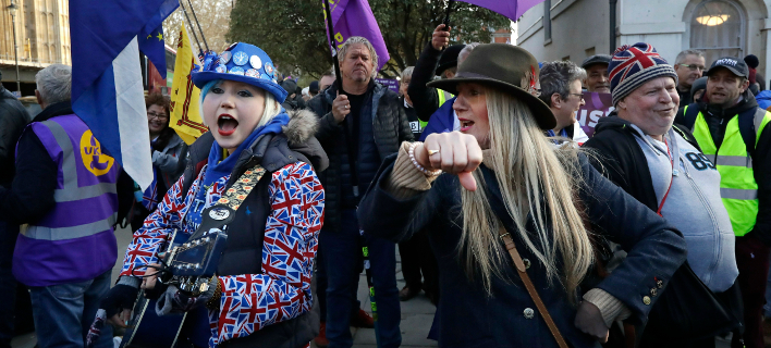Διαδηλωτές υπέρ και κατά του Brexit στο Λονδίνο / Φωτογραφία: AP Images