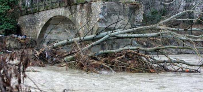 Καστοριά: Έπεσε το γεφύρι της Ποριάς από τη σφοδρή κακοκαιρία [βίντεο]