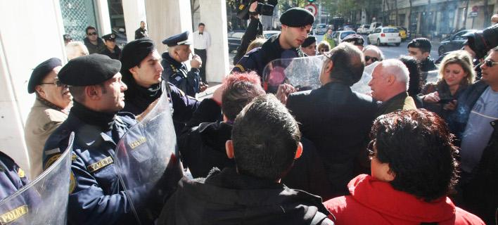 Η χυδαία επίθεση μελών της ΠΟΣΠΕΡΤ σε Ντόρα Μπακογιάννη και άλλους και το «ου» του Ρουσόπουλου [βίντεο]