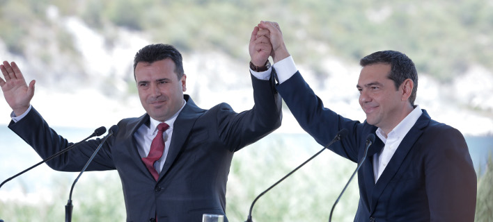 Ο Ζόραν Ζάεφ (αριστερά) και ο Αλέξης Τσίπρας (δεξιά) κατά την υπογραφή της συμφωνίας των Πρεσπών-Φωτογραφία: Intimenews/ΤΟΣΙΔΗΣ ΔΗΜΗΤΡΗΣ