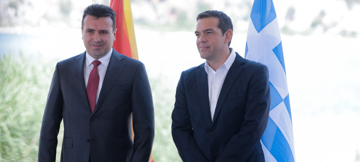 Ζόραν Ζάεφ (αριστερά) και Αλέξης Τσίπρας (δεξιά) κατά την υπογραφή της συμφωνίας των Πρεσπών
