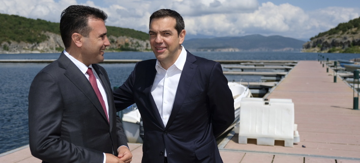 Ζάεφ και Τσίπρας στην τελετή για την υπογραφή της συμφωνίας (Φωτογραφία: EUROKINISSI/ΓΡΑΦΕΙΟ ΤΥΠΟΥ ΠΡΩΘΥΠΟΥΡΓΟΥ/ANDREA BONETTI)