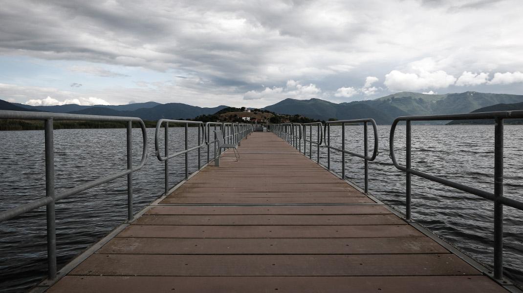 Η γέφυρα που οδηγεί στο γραφικό νησάκι του Αγίου Αχιλλείου στη Μικρή Πρέσπα -Φωτογραφία: ΓΙΩΡΓΟΣ ΚΟΝΤΑΡΙΝΗΣ/EUROKINISSI