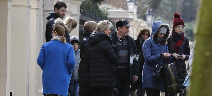 Περίπου 80 άτομα έφυγαν από τη ρωσική πρεσβεία στο Λονδίνο (Φωτογραφία: AP/ Frank Augstein)