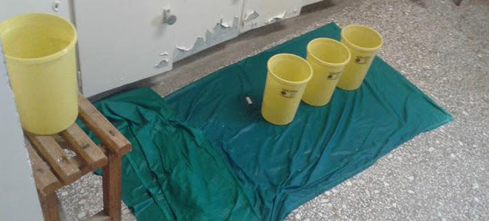 Εικόνες ντροπής από το νοσοκομείο Πρέβεζας -Με κουβάδες μαζεύουν τα νερά που στάζουν στο χειρουργείο