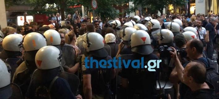Θεσσαλονίκη: Επεισόδια στο Pride Parade- ΜΑΤ συγκρούστηκαν με μέλη του Ιερού Λόχου [εικόνες & βίντεο]