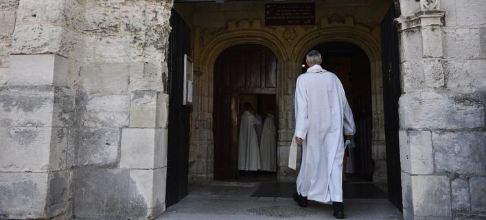 Απάτησε τον σύζυγό της με ιερέα και το πλήρωσε (Φωτογραφία αρχείου: ΑΠΕ/  EPA/JULIEN DE ROSA)