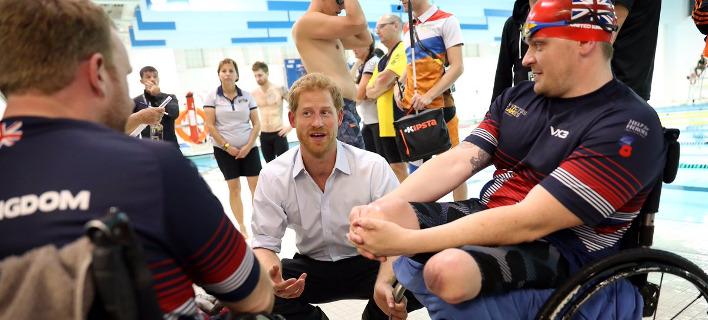 Ο πρίγκιπας Χάρι συνομιλεί με αθλητές στους αγώνες Invictus. Πηγή φωτό: Twitter