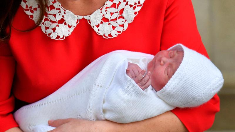 Η πρώτη δημόσια εμφάνιση του πρίγκιπα Λούι έξω απ΄οτο μαιευτήριο. Φωτογραφία: AP