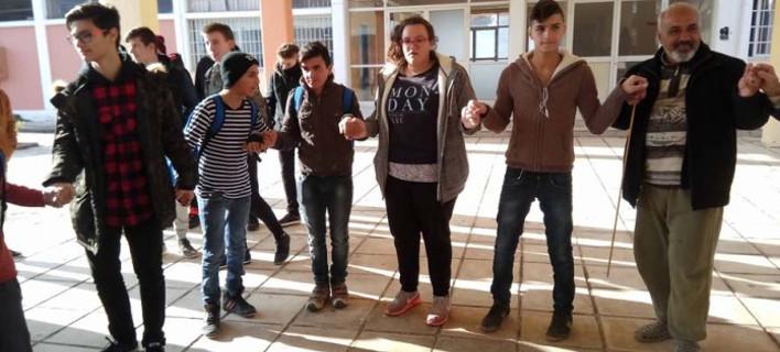 Λάρισα: Με χορούς και τραγούδια υποδέχθηκαν προσφυγόπουλα στο σχολείο [βίντεο]