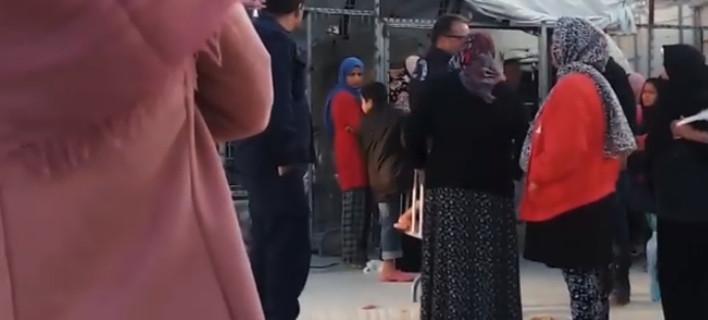Η στιγμή που ο αστυνομικός βρίζει την ηλικιωμένη πρόσφυγα, στη Μόρια