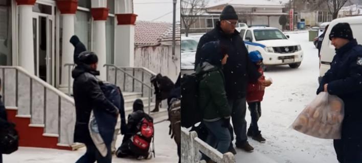 Συγκινητική υποδοχή: Πρόσφυγες μέσα στο χιονιά φθάνουν στο Σουφλί -Βρίσκουν καταφύγιο σε εκκλησία, τους προσφέρουν αντίδωρο [βίντεο]
