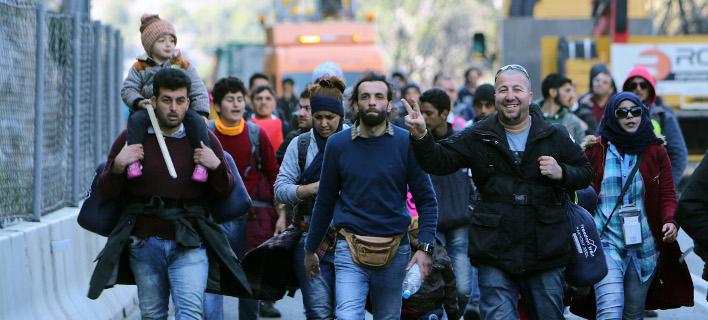 Χάος: Καραβάνια χιλιάδων προσφύγων έχουν εγκλωβιστεί σε νησιά και πόλεις