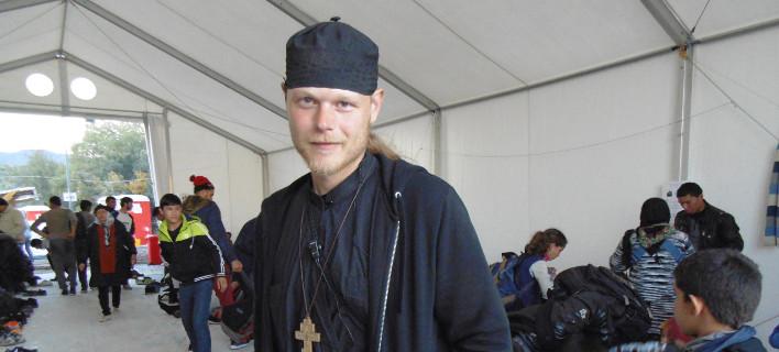 Ένας διαφορετικός παπάς -Αμερικανός, ζει στη Νορβηγία, αλλά φροντίζει τους πρόσφυγες στη Μυτιλήνη [εικόνα]