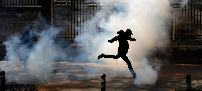Παρίσι: Αγριες συγκρούσεις με την αστυνομία στη διαδήλωση των συνδικάτων [εικόνες]