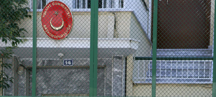 Επίθεση με μπογιές στο τουρκικό προξενείο της Κομοτηνής [εικόνες]