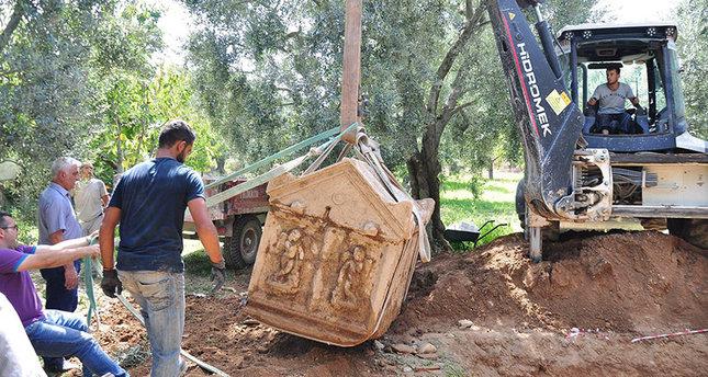 Τρεις αρχαϊκοί τάφοι με ανάγλυφα του Θεού Έρωτα ανακαλύφθηκαν στην Προύσα (φωτό)