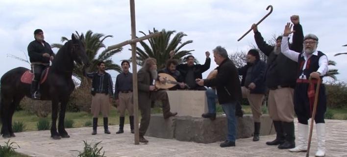 Φωτογραφία: Ο Ψαραντώνης μαζί με τους Κρητικούς τραγουδούν για την Ελλάδα/zarpanews.gr
