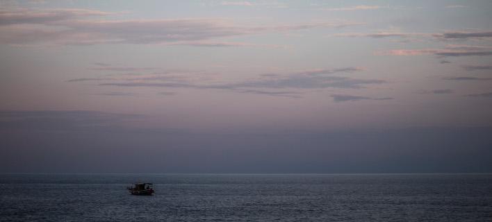 Ψαρόβαρκα πλέει στα ανοιχτά/Φωτογραφία αρχείου: Eurokinissi