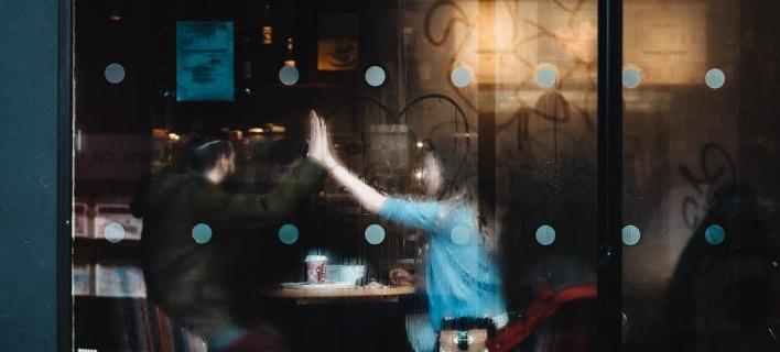 Μια παρέα σε ένα καφέ/ Φωτογραφία; Unsplash/Clem Onojeghuo