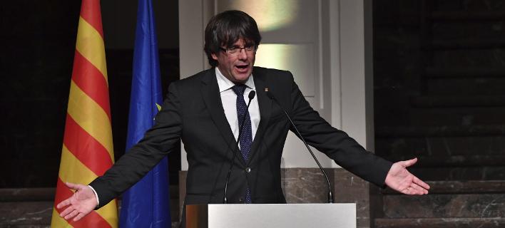 Ο Πουτζδεμόν στη συνάντησή του με Καταλανούς δημάρχους (Φωτογραφία: AP/ Geert Vanden Wijngaert)