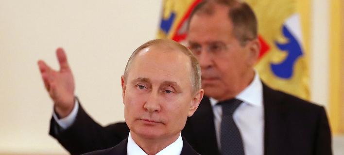 Ο Ρώσος πρόεδρος Βλαντιμίρ Πούτιν με τον ΥΠΕΞ Σεργκέ Λαβρόφ -Φωτογραφία: Sergei Ilnitsky/Pool Photo via AP