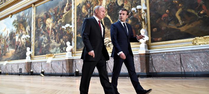 Βλαντίμιρ Πούτιν & Εμανουέλ Μακρόν (Φωτογραφία: Stephane de Sakutin/Pool Photo via AP)