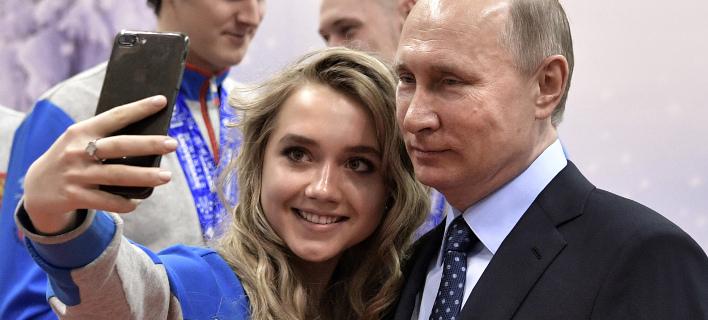 Ο Βλαντιμίρ Πούτιν ποζάρει για selfie (Φωτογραφία: AP/ Alexei Nikolsky)