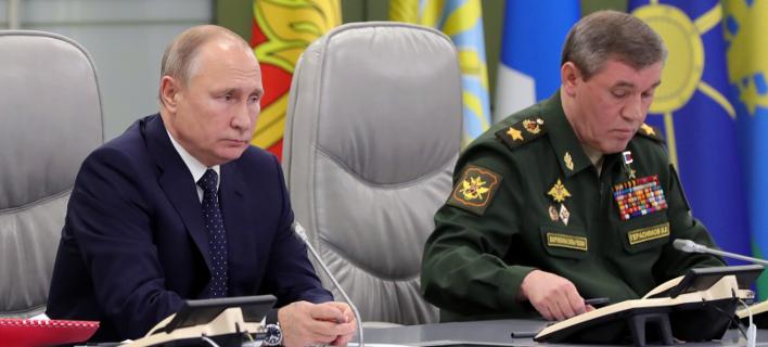 Ο Πούτιν και ο αρχηγός των ρωσικών ενόπλων δυνάμεων/ Φωτογραφία: AP- Mikhail Klimentyev