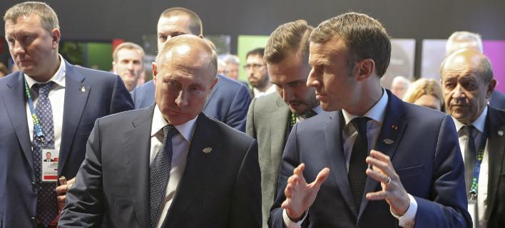 Ο Βλαντιμίρ Πούτιν με τον Εμανουέλ Μακρόν/ Φωτογραφία: AP- Mikhail Klimentyev