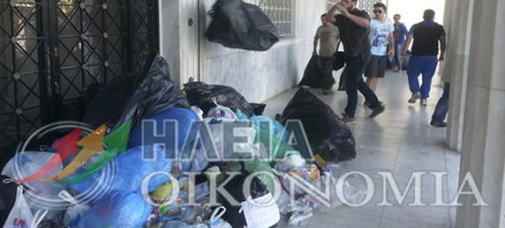 Οργή στον Πύργο – Οι κάτοικοι έχτισαν το Δημαρχείο με σκουπίδια [εικόνες & βίντεο]