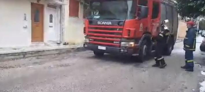 Πυροσβέστες έξω από το σπίτι του ηλικιωμένο / Φωτογραφία: YouTube