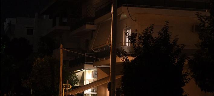Το διαμέρισμα στην οδό Αιόλου 10 στον Αγ. Δημήτριο, απ' όπου ακούστηκαν οι πυροβολισμοί