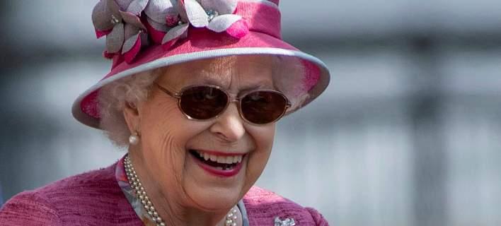 Η βασίλισσα Ελισάβετ λατρεύει τα γυαλιά της. Φωτογραφία: AP