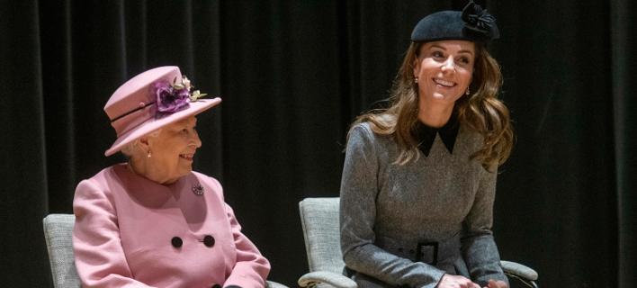 Η βασίλισσα Ελισάβετ και η Κέιτ Μίντλετον στο King's College (Paul Grover/Pool via AP)